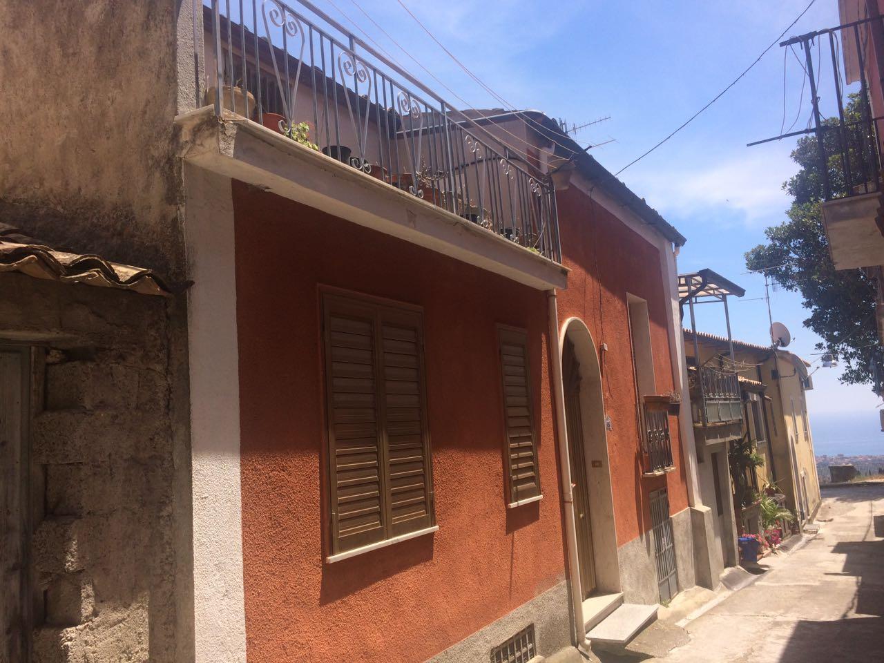 Casa indipendente con locale commerciale