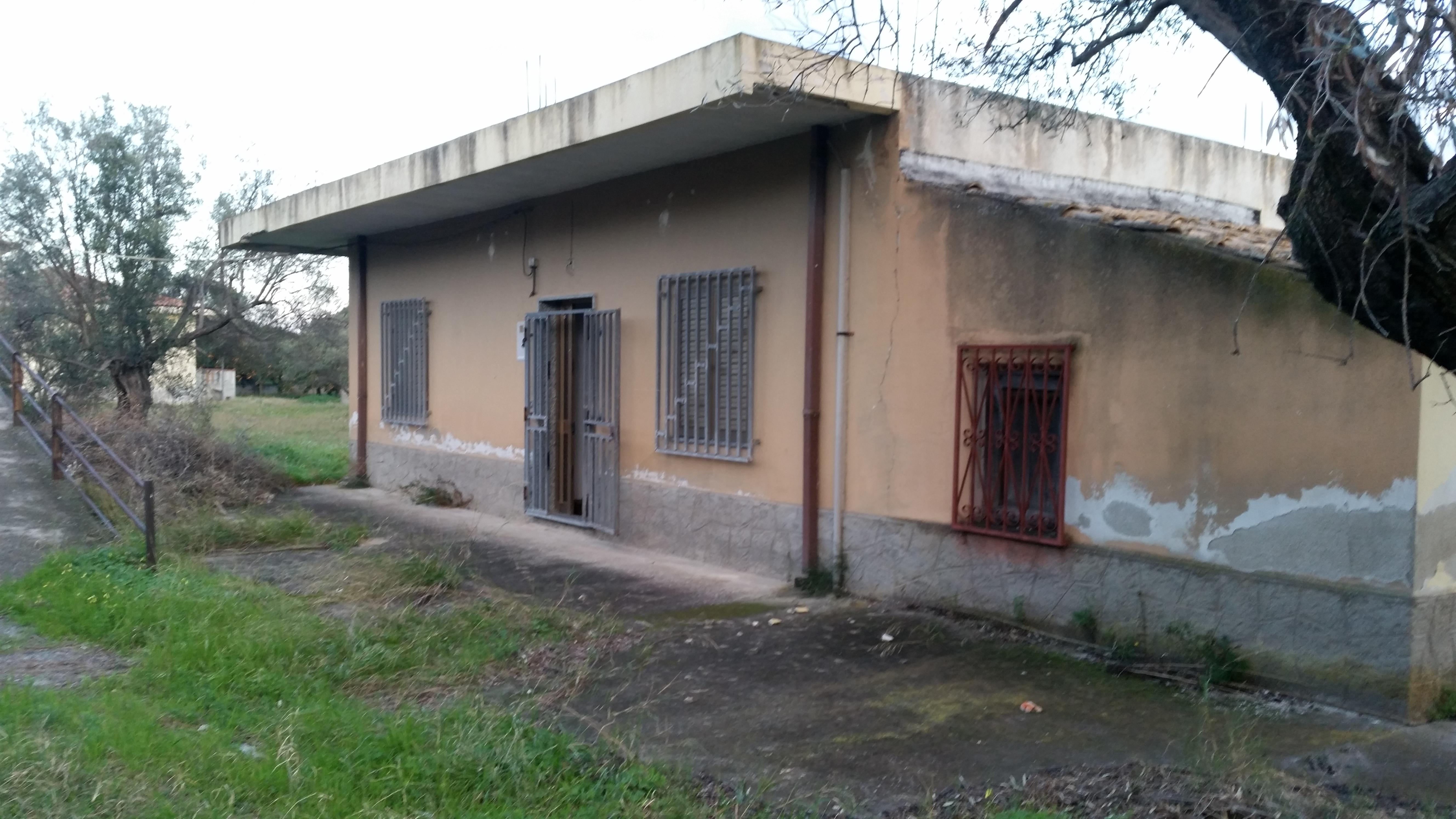 Casa indipendente con terreno edificabile remida immobiliare - Terreno con casa ...