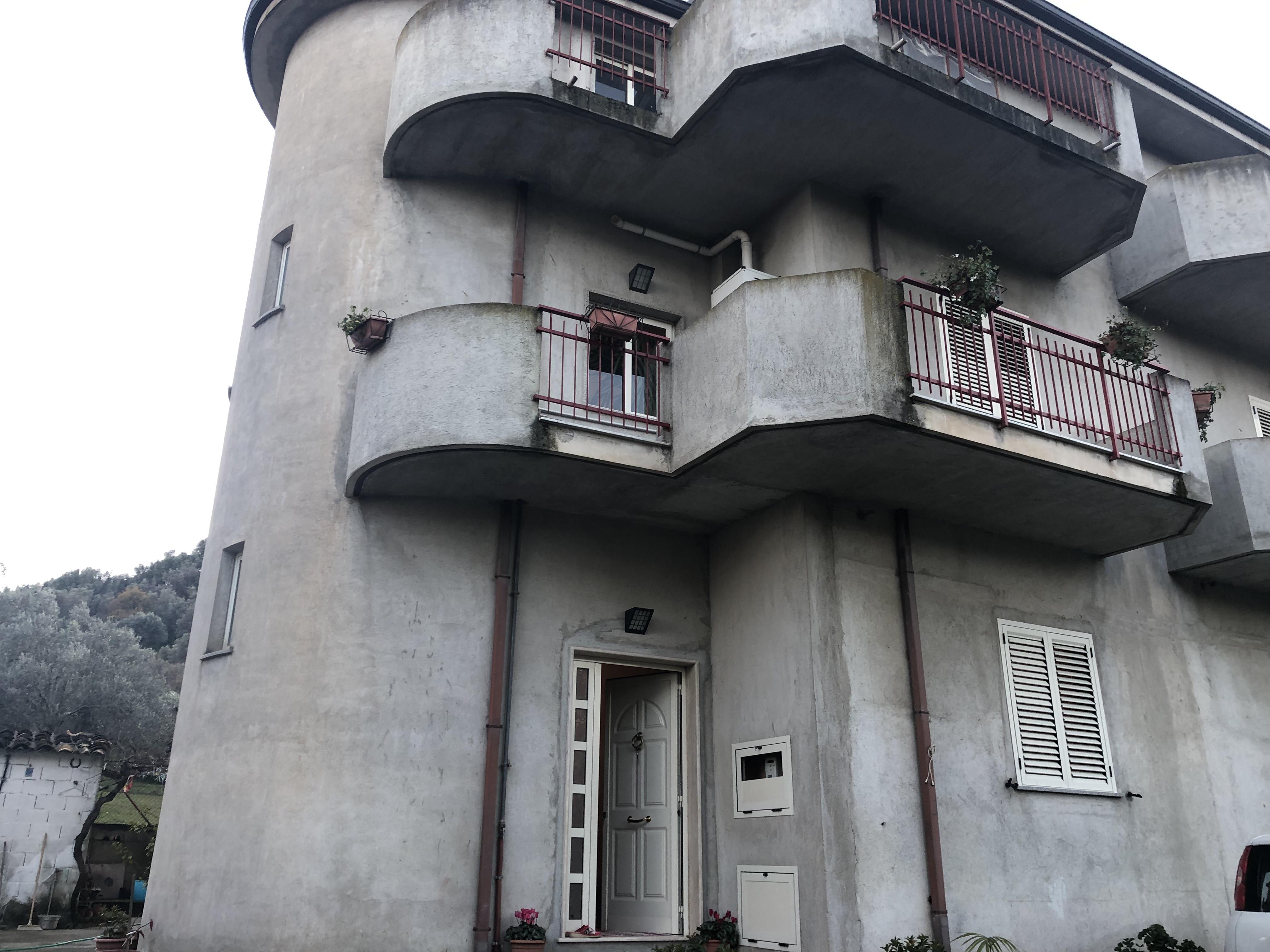 Casa Indipendente su Due Livelli con Corte circostante