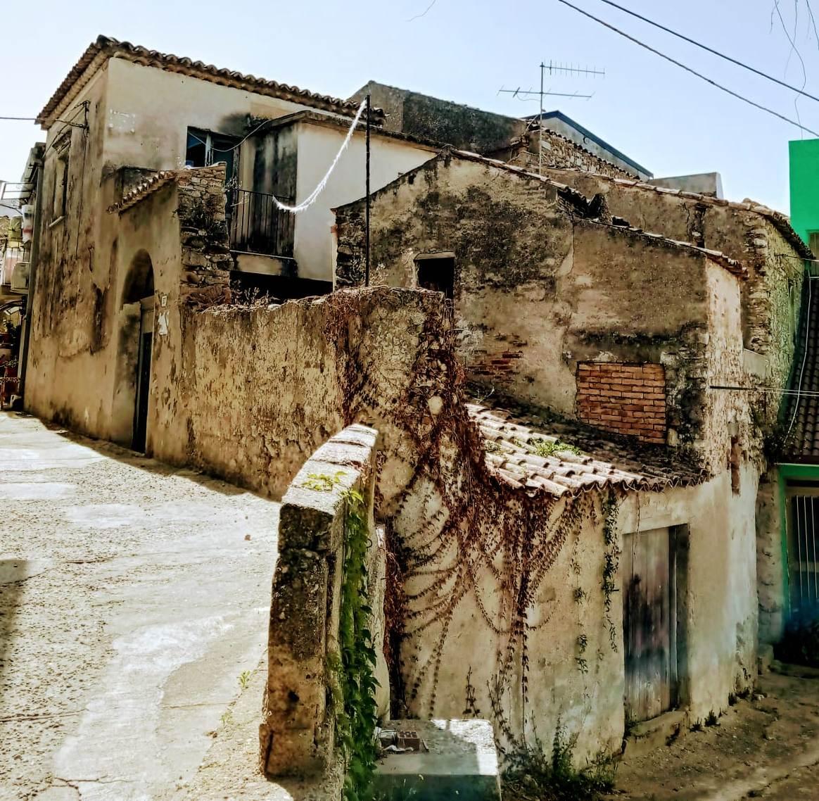Casale Indipendente da Ristrutturare alla Via Alì
